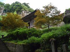 ココまでくるとゴールが近い! ココから見えるのが奥の院の山門でもある仁王門。  何気にこの石段がきつかった。