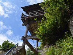 開山堂を右に進むと何やら高い建物が。  ココはこの山寺の一番の見どころでもある五大堂。 断崖に建築されたお堂です。