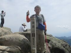 13:57 日本百名山<瑞牆山>標高2,330m登頂です。 日本百名山11座目となりました。テント場から1時間33分で登頂。