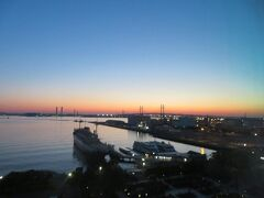 4月22日午前4時半。 ホテルニューグランドのお部屋からの眺め。 横浜ベイブリッジが朝の光に包まれ始めました。
