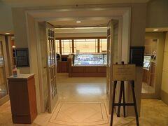 午前10時 開店と同時に本館1階のザ・カフェ へ。