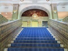 本館2階の旧ロビーにつながる階段。