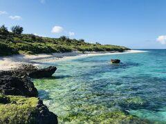 西の浜の透明度も、かなり高い。 &アーサーのグリーンが目立ちます
