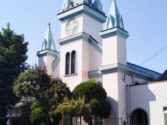 南部小学校と通りを挟んだ向かいに建つ中津カトリック教会。昭和13(1938)年に建てられた。