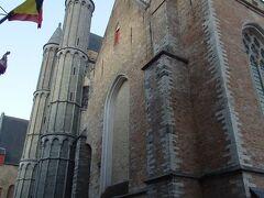 旧聖ヨハネ施療院の斜めお向かいに建つのは堂々たる聖母教会