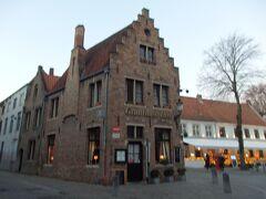 聖母教会前のマリア通りに面した建物はGruuthuse Hofというカフェです。