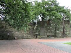 福井城址あと 石垣が残ってるだけで敷地内には県庁舎が建ってます。