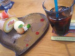 近くのカフェでお茶。 ここのケーキおいしかった!