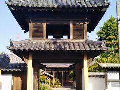 南部小学校の敷地の南側の道を東へ進み、信号のある交差点で福沢通りを横切ると路地の奥に立派な門が見える(上の写真)。宝蓮坊(真宗大谷派の寺院)の楼門である。  このあたりは寺町と呼ばれる。中津城の総曲輪(そうくるわ)内の東側にあって城下防衛を目的に造られた町である。 黒田氏入封以前からの寺院のほか、黒田、細川、小笠原、奥平の各時代に開基された寺院を加え、計12の寺院がある。