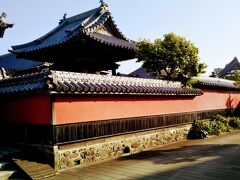 少し先に朱色の壁が一際目立つ寺がある。合元寺(ごうがんじ)。浄土宗西山派。 通称「赤壁寺」と言われるこの寺は天正15(1587)年に黒田官兵衛が中津に入った際、官兵衛に従って姫路から中津に来た空誉上人(くうよしょうにん)が開山した。
