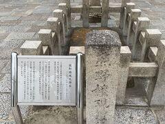 南大門をくぐると熊野権現礼拝石があります