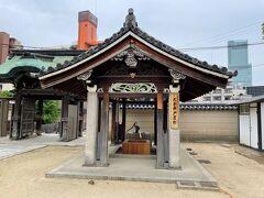 太子井戸屋形です。美しい彫刻の屋根がのっています。
