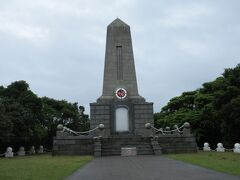 トルコ軍艦遭難記念碑。 灯台への通り道。 雨が止んできました。