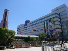 てくてく歩いて浜松駅に戻ってきました。 11時開店の石松餃子でランチするためです。 大きな駅ビルですよね。左に見える高層ビルはアクトシティ浜松。何年か前に宿泊したことがありましたっけ。