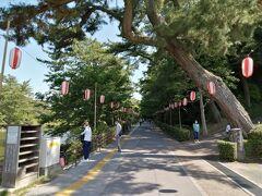 岡崎東公園入口。あれ?「花菖蒲まつり」の看板がない。 コロナの緊急事態宣言中のため、自粛したようです。