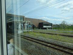 石岡駅を通過。駅の向こう側の広いスペースは、かつて鹿島鉄道の駅と車庫があったところ。