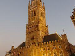 マルクト広場でひときわ目立つ高い塔は、ベルギーとフランスの鐘楼群として世界遺産にも登録されている鐘楼。  13世紀~15世紀に建てられた鐘楼は広場の南側に面しており高さ83メートルあります。366段の螺旋階段で塔の上まで上れますが、今日は見るだけで、明日ここにも入場します。