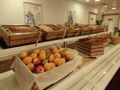 ホテル・イビスの朝食は6:30~10:00  例のごとく一番乗りで、誰もいない間に写真を撮らせていただきました。  パンや丸ごとフルーツのコーナー