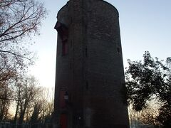 運河沿いに歩いてきたらPowder Towerという塔がありました。