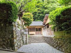 加満田の敷地は5,000坪。広い庭がありそうですが、足はガクガク、Tシャツは汗びっしょり。時間は14時半ごろですが、散歩などせず早く温泉に入りたいモードです。