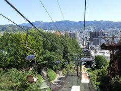 【松山城リフト】(約6分。\270/片道) さぁ、お目当ての松山城へ行きますよ~。 松山城は勝山、という山の上に建てられているので、 そこまではリフトで向かいます~。乗りたかったんだ~♪ 振り返ると良い眺め~♪