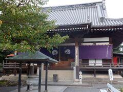 延命地蔵の銅像と弘法大師の石像の先の本堂にお詣りしました。堂内には宇宙を模した天井画が370枚もあるそうですが、お堂が開くのには早すぎたのか、見ることができなくて残念でした。