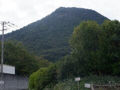幼年の弘法大師が捨て身の修行をしたと言い伝えがある我拝師山をみながら73番出釈迦寺に上ります。緑が生い茂った富士山の形をしています。