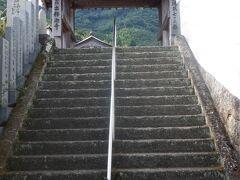 石段を登って境内に向かいます。ごつごつとした石段とシンプルな山門の先にも我拝師山が見えます。出釈迦寺のイチオシ風景と言えば我拝師山が必ず入るようにレイアウトされています。