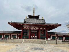 仁王門です。後ろに五重塔が見えます