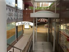 地下通路で八条通りの地下を通り、通り向こうの商業施設の地下1Fへ。 信号待ちなしで駅との行き来ができて便利です。