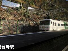 ■蓮台寺駅 特急「踊り子号(185系)伊豆急下田行」が通過します。