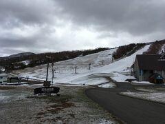 何とか1コース分の雪は確保しているという感じでしょうか。それはともかく、スキーをレンタルすることにします。4月の平日ということもあって、レンタルコーナーには人がいなくて内線電話で呼び出すというのんびりした感じ。素朴な昔ながらのスキー場という感じでしょうか。ちなみにここはスキー3800円とボード4100円とレンタル料金が違っています。これって珍しいですよね