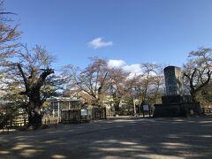 さて上杉神社の参道を左脇に小高い丘のような場所にあるのが謙信公祠堂跡。この辺りは春には花見の名所だとか。ここに謙信公の遺骸を納めた御堂があったそうです。ただ明治維新後、遺骸は上杉家の廟所に移され、今では柵に囲まれた碑が残るだけです。ところで祠堂跡の碑より大きな石碑がありますが、こちらは招魂碑で戊辰戦争や西南戦争、日清・日露戦争で戦死した人を合祀しています