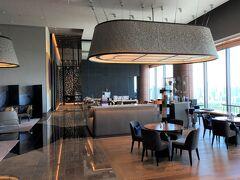 東京・大手町『Four Seasons Hotel Tokyo at Otemachi』39F 【THE LOUNGE】  『フォーシーズンズホテル東京大手町』のカフェラウンジ【ザ ラウンジ】 のシーティングエリアの写真。  バーカウンターがあります。その奥に進んでみます。  ちなみに、写真中央奥はルーフトップテラスを備えるイタリア料理 【PIGNETO(ピニェート)】のエントランスです。