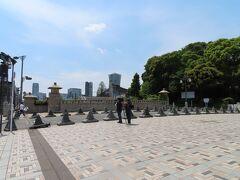 建て替えられて すっかり変わってしまった原宿駅前を通り過ぎ 向かう先は密に縁遠そうな明治神宮  ここの橋の上からは 前回の東京オリンピックで使われた会場が 見渡せます