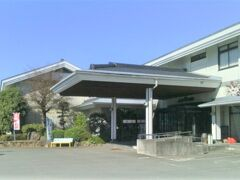福岡県南部の自宅から、熊本県山鹿市の「みやばる温泉長命館」へ。 ここはちょっと変わった泉質のお湯があることで知られています。  宮原(みやばる)温泉は、熊本市北区の最北端付近、山鹿市に近い場所、ちょうど山鹿温泉と植木温泉の中間にあります。名湯が多い合志川沿いにあり、もう少し先で菊池川に合流します。  宮原温泉、以前は「元湯旅館」という施設もありましたが、現在はこちらの「長命館」のみです。 長命館の敷地は広く、国道3号から砂利道の進入口を通ると、大きな二階建ての建物がありました。