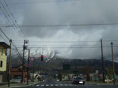 朝早く自宅を出発し、真狩村までやって来ました。ドライブはここ、真狩村から本格的にスタート(^^) 雲が邪魔をしていますが、真正面は羊蹄山です。もう、驚くほどの大きさ。感動しました。 車中からの1枚。
