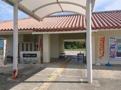 鳩間港の「いとま浜ターミナル」です。 向かって右側が待合室、左側がトイレです。 散策前にトイレを済ませます。