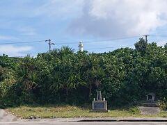今回は島の左側から周ることに。 ターミナルを出てすぐ、慰霊碑がありました。 「戦死者・マラリア死亡者慰霊の碑」。  後ろには鳩間灯台も。