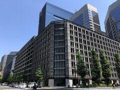 東京・大手町『大手町ビル』の写真。  2021年3月にリノベーション完了予定でしたが、既に完了したのかな?  三菱地所は1958年に竣工した東京都千代田区の『大手町ビル』の 大規模改修を行い、外装のデザイン改修や国内最大級の屋上庭園の 整備など、ビルを施工した大成建設の手によって リノベーションが行われました。