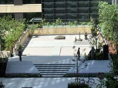 東京・大手町  2021年4月26日に改修が完了した「将門塚」の写真。  『大手町パークビルディング』の2階から撮影しました。  平安時代中期の豪族であった平将門の首を供養するために建てられた 石碑の「将門塚」は、見違えるほどとてもきれいに整備されました。  ちなみに、『大手町パークビルディング』の22階に2017年3月30日に オープンした『アスコット丸の内東京』があります。 22階にあるレストラン【TRIPLE ONE Singapore & Chinese Cuisine】 でランチをいただいた際のブログはこちらをご覧ください↓  <東京・青山・渋谷・赤坂・新宿『アスコット丸の内東京』ラウンジ、 プール、ジム、屋外テラスのある【トリプルワンシンガポール】で タイガービールを♪>  https://4travel.jp/travelogue/11515397