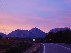 3日目の早朝7時、日が登ると同時に向かうはフレシネ半島 Freycinet National Park。ピンク色の朝日が幻想的です。この日の朝はワイングラスベイ Wineglass Bayでトレッキングです。ここも国立公園パス(1日AUD$40, 2ヶ月AUD$80)が必要です。パス販売機で24時間購入可。