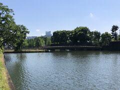 東京・大手町『パレスホテル東京』  写真中央は内濠(和田倉濠)に架かった「和田倉橋」です。 奥に小さく東京タワーも見えます。