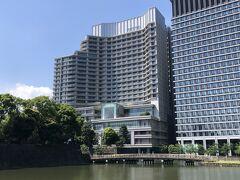 東京・大手町『Palace Hotel Tokyo』  2012年5月17日にオープンした『パレスホテル東京』の外観の写真。  写真手前は江戸時代の影を色濃く残す「江戸城 和田倉門」(写真左)と 「和田倉橋」(写真中央下)です。 「和田倉橋」とは、内濠(和田倉濠)に架かった江戸城跡の内郭門の 一つである「江戸城 和田倉門」とをつなぐ橋です。  『パレスホテル東京』の6階には、「ミシュランガイド東京 2021」に 1つ星レストランとして掲載されているフランス料理【ESTERRE (エステール)】があります。 フランス料理界の巨匠のアラン・デュカス氏が設立した 【デュカス・パリ】をパートナーに迎え、日本のテロワール  (土壌や気候など、その土地が持つ個性) を存分に活かし、旬の素材を 最大限に引き出した日本ならではのレストランです。  2019年11月1日にオープンしたミシュラン☆つきフランス料理 【ESTERRE(エステール)】を訪れた際のブログはこちら↓  <パレスホテル東京にオープン!アラン・デュカス氏の フレンチエステールでランチ♪ 5つ星マンダリンオリエンタル東京のイタリアンケシキ★ロオジエ系列>  https://4travel.jp/travelogue/11585353