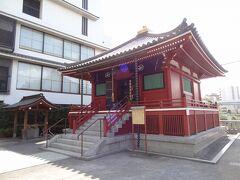 =駒形堂= 隅田川の駒形橋の傍らに建つ、浅草寺発祥の霊地に建つお堂です。 今から1,393年前の推古天皇36年(628年)、浅草寺ご本尊の聖観世音菩薩が宮戸川(隅田川)にご示現されたおり、この地に上陸されて草堂に祀られたと言います。 今の堂宇は平成15年11月に建立されたものだそうです。