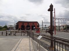転車台広場に出てみましょう。  手前右の鉄柱は、東武鉄道館林駅構内の機関区に残されていた給水塔で、蒸気機関車の遺構として、こちらに移築されました。