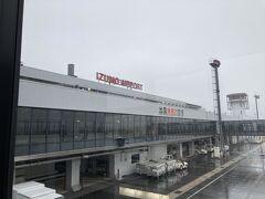 伊丹空港から雲の中を抜けることなく、シートベルト着用サインも消えたかどうか、というところで、あっという間に出雲空港に無事着陸。ドリンクサービスもありませんでしたが、到着できたことで安心しました。