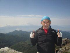 9:03着 日本百名山<金峰山>登頂です。登頂開始した富士見平小屋から丁度3時間でした。富士山バックに記念撮影。