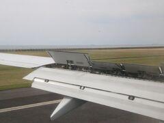 機体はさらに降下を続け9:17に山口宇部空港のRW25へ着陸しました。スポイラーを立てて減速中です。 半分海上空港の様な宇部空港ですが地形的にRW25への進入を直進で行うと防府市街地上空を通ることになってしまうので、海上を降下してきて滑走路直前で正対し着陸という形でした。完全なサークリングアプローチではないですが、滑走路を見ながら降下していくのもなかなか面白いですね。