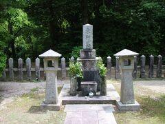 顕彰碑から登っていくと高杉晋作(谷潜蔵)の墓があります。実は高杉晋作は功山寺挙兵の際に家族に連座が及ぶことを避けるために廃嫡されており、その後俗論派を一掃した後に藩命により谷家を創設し谷潜蔵と名乗っています。その為このお墓は東行墓と正面に書かれており、裏側には谷潜蔵と銘記されています。 また日本の歴史を大きく変えた人物の墓ではありますが、明治維新前に亡くなっている事もあり墓としてはごく普通の物でした。 ちなみに高杉晋作は遺言として吉田に葬ってほしい事、墓石に刻んでほしい事を遺していますが、後者は行う事が出来ず没後150年たった2017年にこの東行庵の中にその石碑が建立されました。